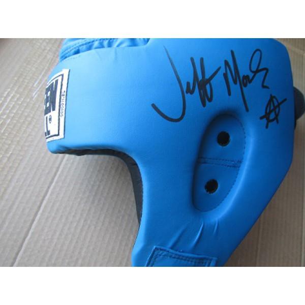 Защитный шлем с автографом Джеффа Монсона.